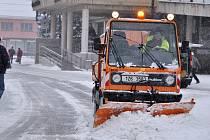 Odklízení sněhu na prostranství před radnicí ve Vsetíně, pondělí 9. února 2015