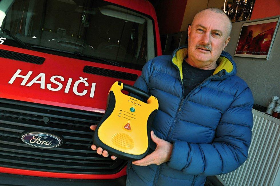 Starosta Bystřičky na Vsetínsku Zbyněk Fojtíček s automatizovaným externím defibrilátorem (AED), který má k dispozici místní jednotka dobrovolných hasičů.