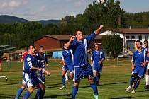 Fotbalisté Horní Lidče (modré dresy) se zatím v nové sezoně v 1. B třídě trápí.