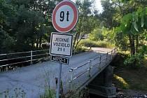 Most přes Vsetínskou Bečvu vedoucí do osady Bzové u Karolinky a Velkých Karlovic je v havarijním stavu.