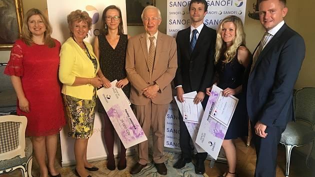 Prestižní ocenění Cena Sanofi za farmacii si v neděli 20. června 2018 převzal v Buquoyském paláci v Praze vsetínský mladý vědec Zdeněk Škrott (třetí zprava).