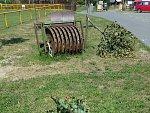 Neznámý vandal přelomil uplynulý víkend v Liptále u fotbalového hřiště čtyři mladé lípy.