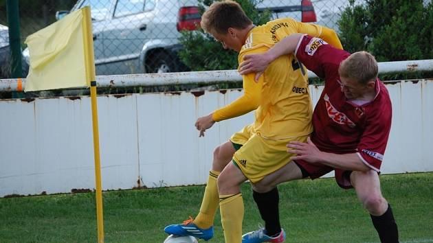 Fotbalisté Velkých Karlovic (žluté dresy) urvali tři body ve Spytihněvi a jsou velmi blízko postupu do divize.