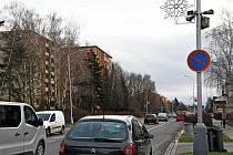 Auta parkující v zákazu stání ve Vsetínské ulici v centru Valašského Meziříčí.