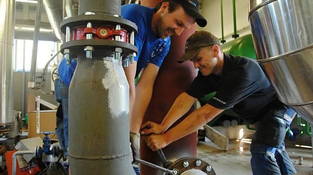 Zaměstnanci servisní firmy pracují na údržbě technologického zařízení meziříčské společnosti Deza.