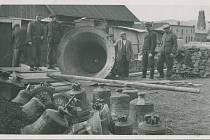 Sběr zvonů. Nakládání zvonu Václava při sběru zvonů v roce 1942.