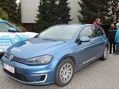 Šest elektromobilů různých značek bylo k vidění před vsetínským Domem kultury ve středu 1. listopadu 2017.