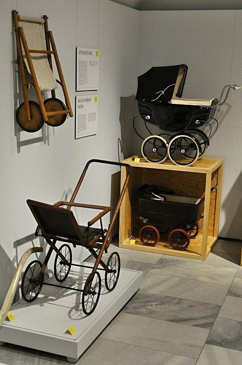 Nejvzácnější exponát výstavy Až přiletí čáp ve vsetínském zámku - loutkový kočárek značky SILVER CROSS (vpravo nahoře).