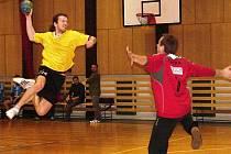 Vsetínský házenkář Tomáš Bartoň (ve žlutém) právě dává jeden ze svých šesti gólů do sítě Přerova B