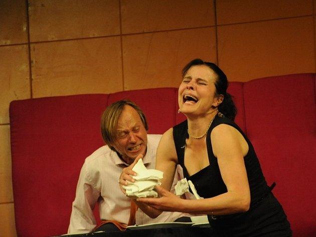 Karel Roden a Jana Krausová na jevišti v rámci hry francouzského autora Philippa Claudela nazvané O lásce.