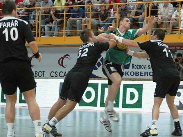Třetí utkání finále play off Zubří (zelené dresy) – Karviná (23:24).