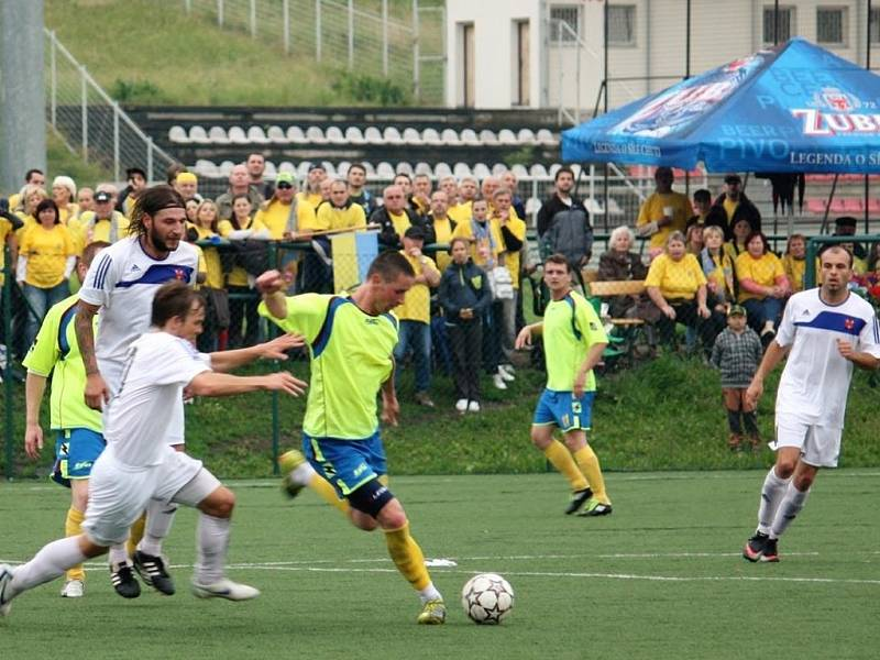 Fotbalisté Kelče (žluté dresy) si finále poháru náležitě užili.
