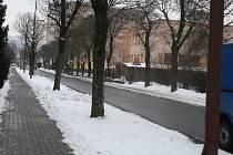 Na ulicích Těšíkov a Benátky má vzniknout až čtyřicítka nových parkovacích míst. Využijí se k tomu travnaté plochy oddělující chodníky od silnice. (Na snímcích pod sněhem)