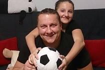 Trenér a také zaskakující gólman Dolní Bečvy B Radek Pavlica s dcerkou.