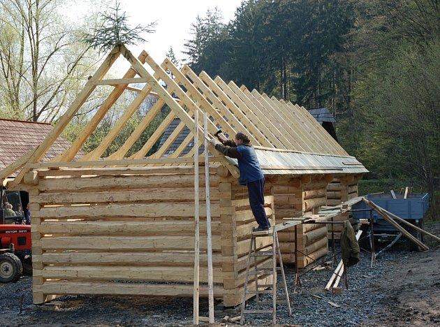V Mlýnské dolině rožnovského skanzenu se staví nová stodola.