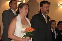 Svatební den v magické datum si ve Valašském Meziříčí nenechaly ujít dva snoubenecké páry.
