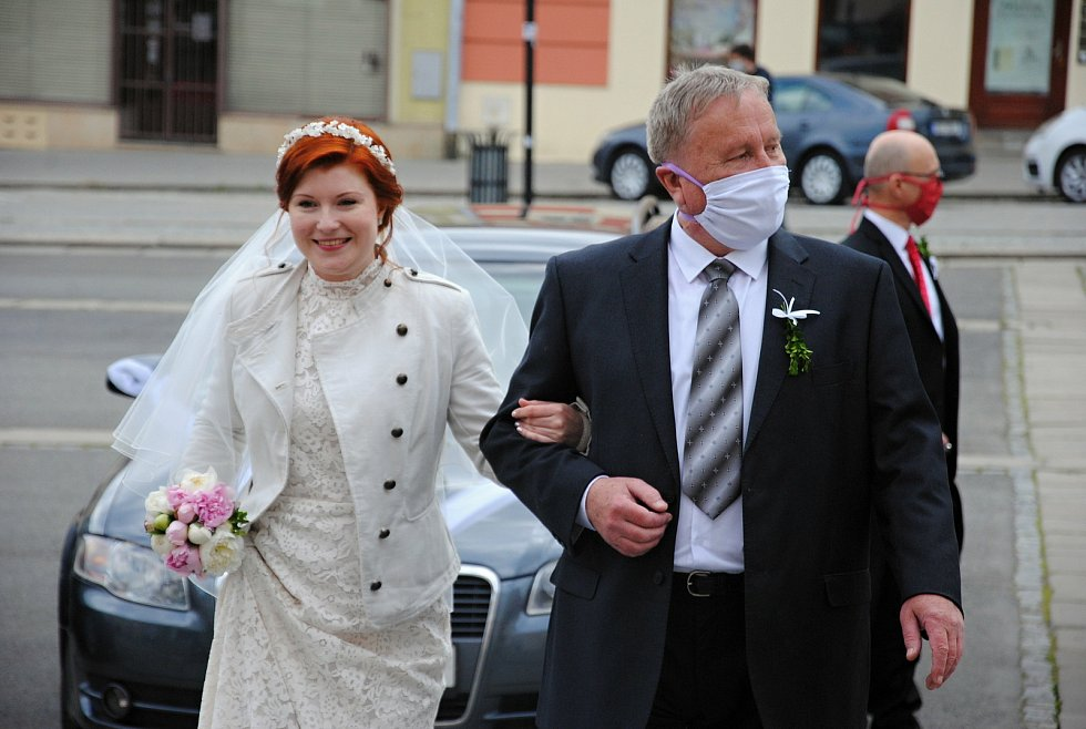 """""""Roušková"""" svatba Veroniky Kristkové a Matěje Pavlůska na valašskomeziříčské radnici; 25. duben 2020"""