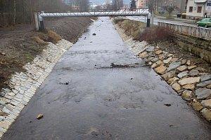 Koryto potoka Jasenice ve Vsetíně po úpravách.