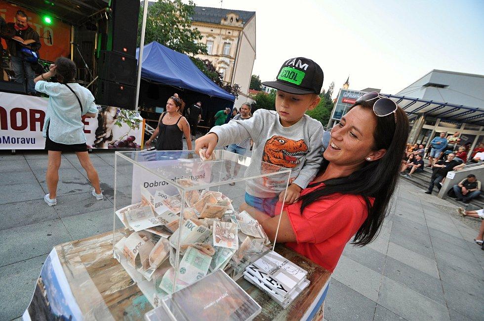 Lidé přispívají v pátek 23. července 2021 do sbírkové pokladny na benefičním festivalu Vsetín hraje Jižní Moravě na Dolním náměstí ve Vsetíně.