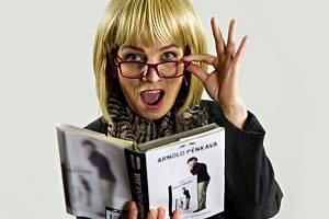 Herečka Renata Trličíková jako Klára Silná v komediální one woman show Divadla v Lidovém domě s názvem Copak je s Arnoldem?