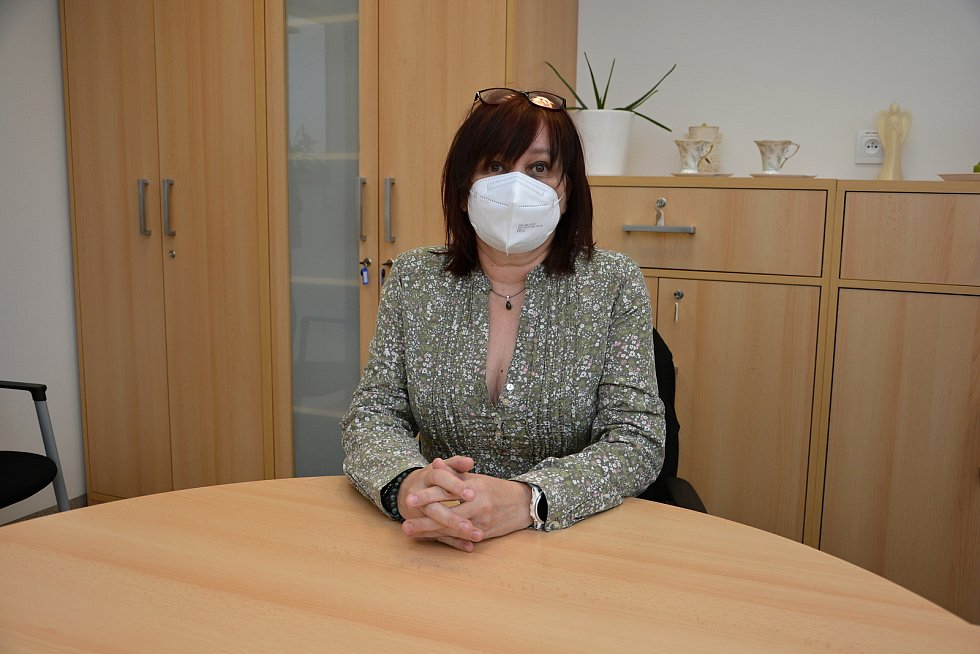 Domov pro seniory Jasenka v dubnu 2021 během pandemie covidu. Na snímku ředitelka SSVS Michaela Pavlůsková.