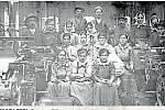 8. TKADLENY.Dělnice Bílkovy tkalcovské továrny v roce 1920.
