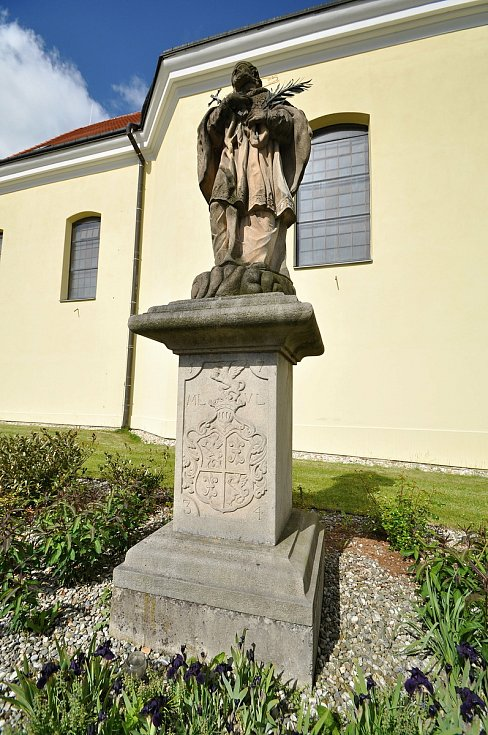 Socha sv. Jana Nepomuckého byla u kostela v Brankách postavena v roce 1734, jak připomíná letopočet na přední straně podstavce. Je zde také znak donátora Maxmiliána Locknera z Lockenau. V roce 2000 původní sochu kvůli špatnému stavu nahradila kopie. U kos