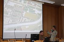 Místostarosta Petr Kořenek vysvětluje situaci v kolonce