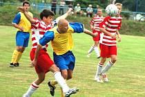 Vítězství domácích 1:0 přineslo utkání 3. kola 1. A třídy mezi Hrachovcem (žlutomodré dresy) a Hutiskem-Solancem.