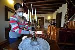 Veronika Hynková, průvodkyně na Zámku Lešná u Valašského Meziříčí, pečuje o vystavené exponáty a historický nábytek.