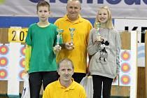Vsetínští lukostřelci (zleva stojící) Fabián Goldefus, Miroslav Meluzín a Viktorie Vévodová a (sedící) Daniel Šrámek.