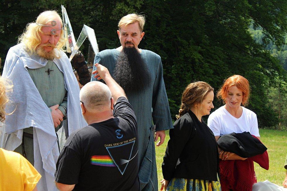 Filmaři pokračovali 3. července 2019 na kopci na Podlesím s natáčením pohádky Největší dar. Role bohů se zhostili také Ladislav Jelínek a Petr Čtvrtníček.
