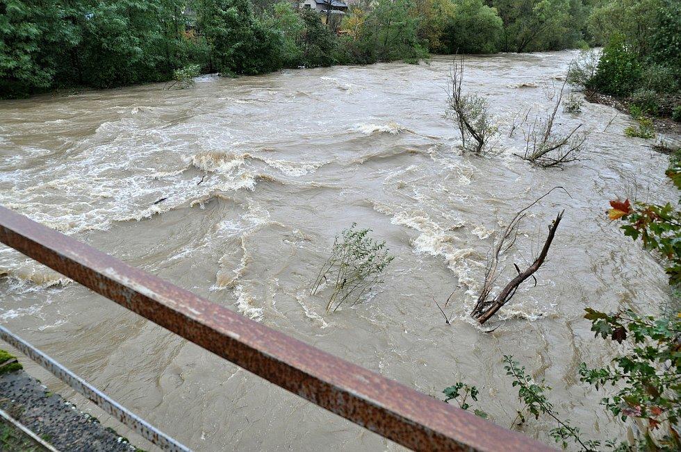Rozvodněná řeka Bečva u mostu do Pržna na Vsetínsku; středa 14. října 2020