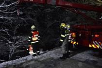 Do potoku ve Velkých Karlovicích sjelo ve středu v podvečer osobní auto se dvěma cestujícími. Nehoda se obešla bez zranění.