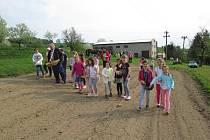 Žáci druhé třídy Základní školy Francova Lhota si v pondělí 23. dubna 2018 vyzkoušeli setí obilí na poli rodičů kardinála Trochty. Tím zahájili šestnáctý ročník akce Od zrníčka ke chlebíčku.