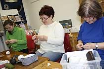 Valašský krajkářský a řemeslný spolek uspořádal pro ženy víkendový kurz ručních prací.