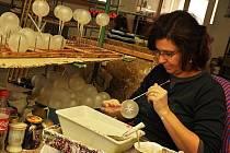 Irisa je tradičním českým výrobcem vánočních skleněných ozdob. Zabývá se ale také lisováním a montáží termolastů nebo vyráběním kartonáže. Ilustrační foto