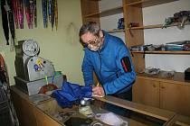 Ladislav Bařák, 65letý důchodce ze Vsetína, který stále opravuje deštníky, byť by si už mohl užívat zaslouženého odpočinku
