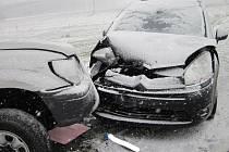 Dopravní nehoda dvou osobních vozidel zablokovala část hlavní komunikace u Valašského Meziříčí.