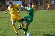 FC Velké Karlovice+Karolinka (žluté dresy) se sice v zápase proti Slušovicím na tři body pořádně nadřeli, ale nakonec vyhráli 2:0 a v tabulce se vyšplhali na třetí příčku.