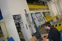 Stavbu nové lisovny zahájila firma loni v listopadu. Letos v květnu tu instalovala lis s kapacitou 1 250 tun. Do konce roku k němu přibude další, 800tunový.