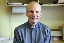 Mladý katolický kněz chce zajíždět také za starými a opuštěnými lidmi.