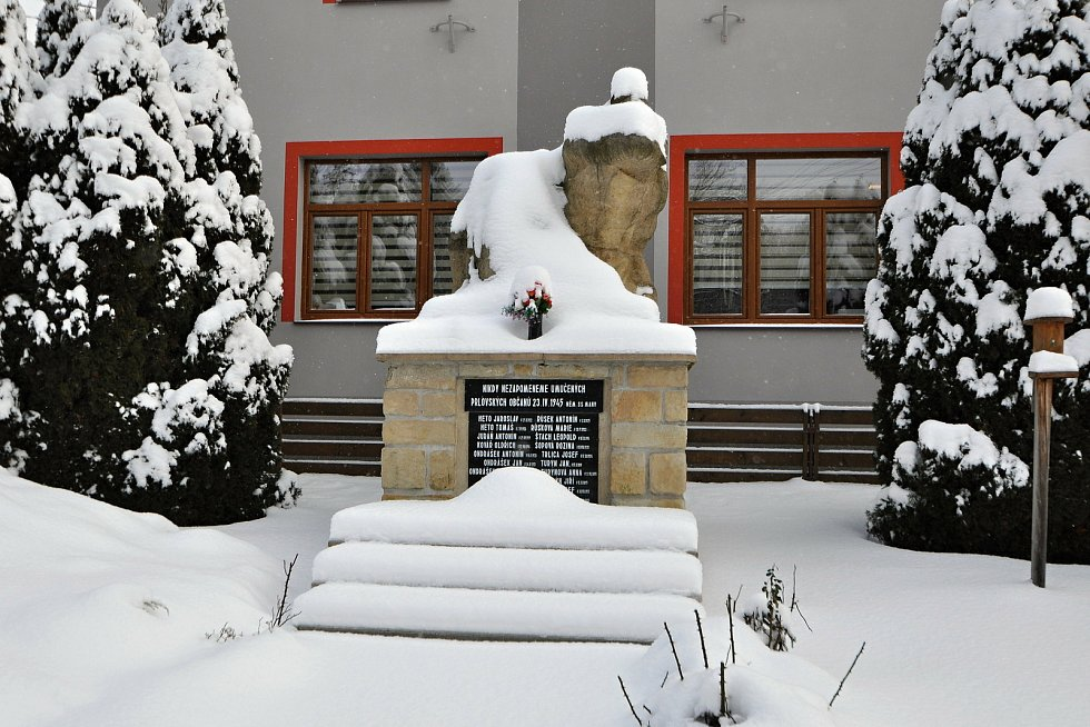 Prlov, obecní úřad a památník obětí Prlovské tragédie.