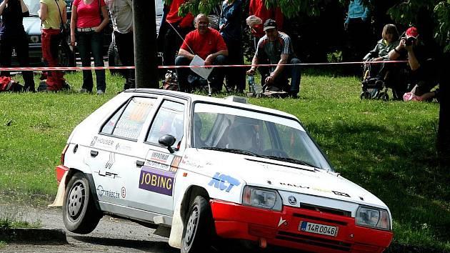Posádka Jiří Daněk Václav Kubala na trati Horácké rally 2011. Dvojice se držela na dobrém čtvrtém místě ve své třídě, ale kvůli poruše závod nedokončila.