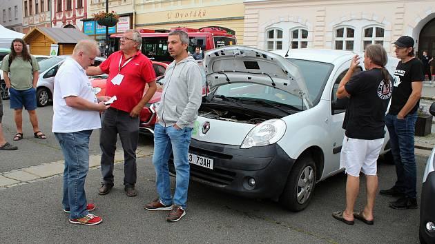 Milovníci elektromobilů se sešli 29. srpna 2020 na náměstí ve Valašském Meziříčí.