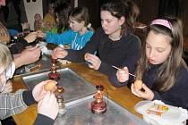 Děti ze Základní školy ve Francově Lhotě navštívily ve středu 4. dubna 2012 místní chalupu U Hrnčířů. Členové Valašské nadace pro ně připravili velikonoční program, pletení pomlázek, zdobení pečiva či malování vajíček.