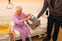 Ve vsetínské nemocnici volilo celkem čtyřicet pacientů. Svého občanského práva využila i jednadevadesátiletá Vsetíňanka Marta Hrčková a o deset let mladší Ludmila Juráňová z Francovy Lhoty.