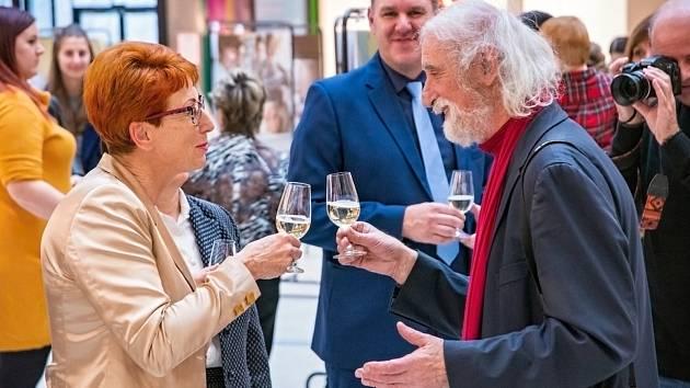 Fotograf Jindřich Štreit (vpravo) na vernisáži kolekce fotografií Jindřicha Štreita s názvem Jsem sestra  v olomoucké Galerii Šantovka.