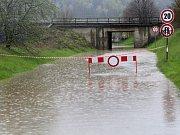 """Vytrvalý déšť způsobil v pátek 28. dubna 2017 ráno zaplavení """"myší díry"""" na Jiráskově ulici směrem k Poschlé. Komunikace byla uzavřena v obou směrech přenosným dopravním značením."""