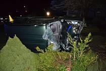 Jedenadvacetiletý řidič ze Vsetínska nezvládl v neděli 22. října 2017 večer jízdu. V Hošťálkové převrátil auto na bok.